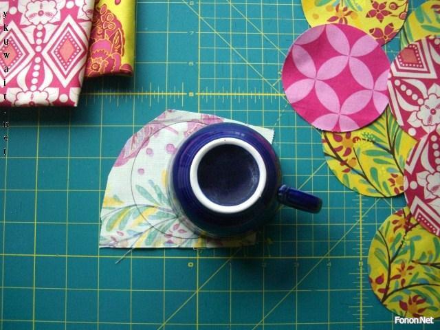 use uma xícara para riscar as pétalas da flor
