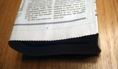cole-as-folhas-de-jornal-para-fechar-a-lateral-da-sacolinha