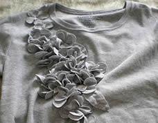 Idéia para personalizar as suas roupas com florzinhas de tecido