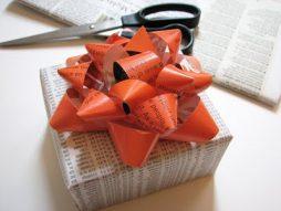 Veja como fazer laços com folhas de revista
