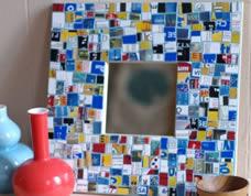 Mosaico criativo feito com pedaços de cartões de crédito
