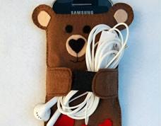 Capa de celular em feltro no formato de ursinho