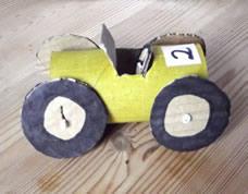 Carrinho reciclado feito com rolos de papel e papelão