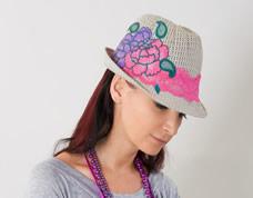 Chapéu decorado com renda e flores de chita. Um charme!