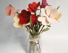 Arranjo de flores de feltro para fazer em casa
