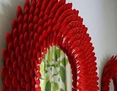 Espelho diferente decorado com colheres de plástico