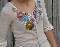 Customize uma blusa simples com renda e flores de tecido