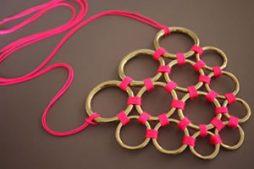 Lindo colar feito com argolas metálicas e cordão