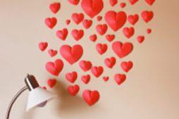 Decoração de parede com corações de papel