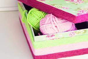 Caixa de sapato decorada com fios de lã e papel