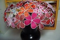 Flores ornamentais lindas feitas com arame e tecido