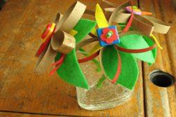 Flor reciclada feita com rolos de papel higiênico