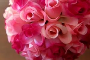 Arranjo para festas feito com rosas de plástico