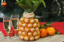Garrafa decorada com bombons – forma de abacaxi