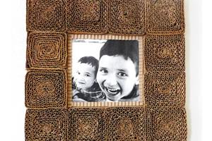 Porta-retrato reciclado feito a partir de papelão usado