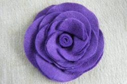 Flor de feltro feita com círculos colados