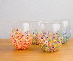 Vasos de vidro decorados com pontinhos coloridos