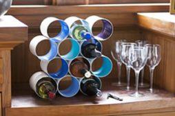 Rack para garrafas feito com latas usadas