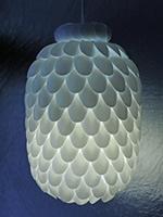 Luminária de teto feita com colheres de plástico e galão de água