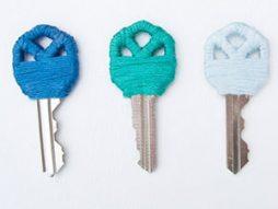 Molho de chaves customizado com linhas de bordar