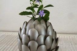 Vaso de flor reciclado feito com colheres de plástico
