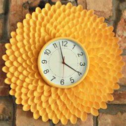 Relógio de parede feito com colheres de plástico reutilizadas