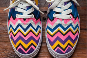 Como customizar tênis de tecido de uma maneira muito fácil