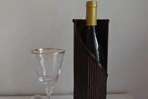 Porta garrafa de vinho feito com material reciclado