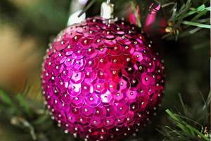 Como fazer uma bola de Natal perfeita com lantejoula em apenas dois passos