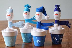 Como fazer boneco de neve com colheres de plástico