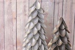 Árvore de Natal reciclada feita com colheres de plástico