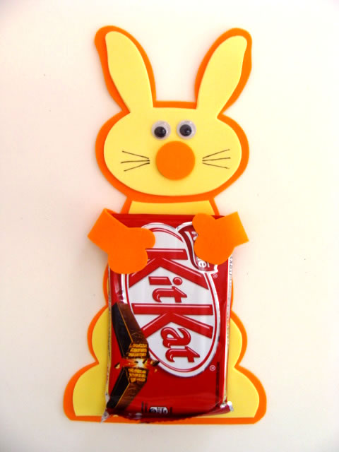 Fixe a Barra de Chocolates nas mãos do Coelho com Cola Quente