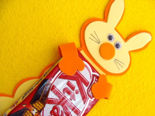 Coelhinho de Páscoa Abraçado com Chocolate