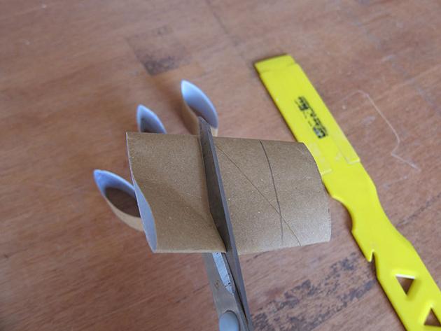 Corte o rolo de papelão em 5 centímetros.