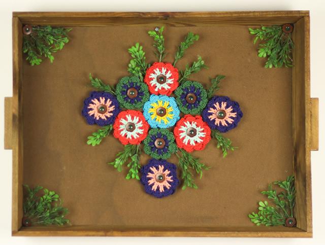 Quadro com aplicação de flores de crochê