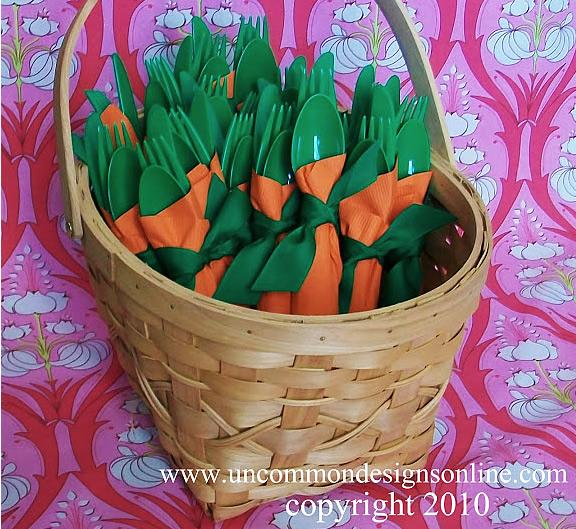 talheres verdes enrolado em guardanapo laranja
