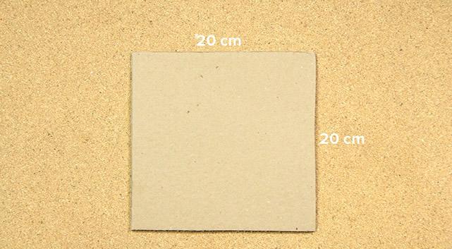 Corte um quadrado de 20x20 cm com o papelão