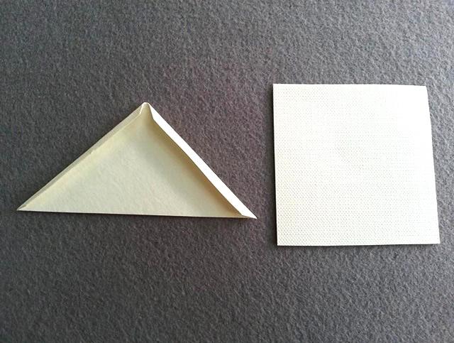 Recorte dois quadrados e depois dobre as bordas do triângulo