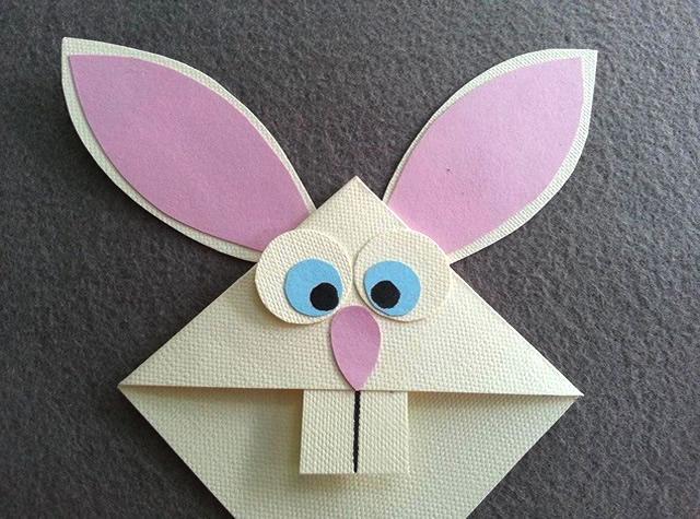 Cole os olhos, nariz e dente no seu marcador de páginas em formato de coelho