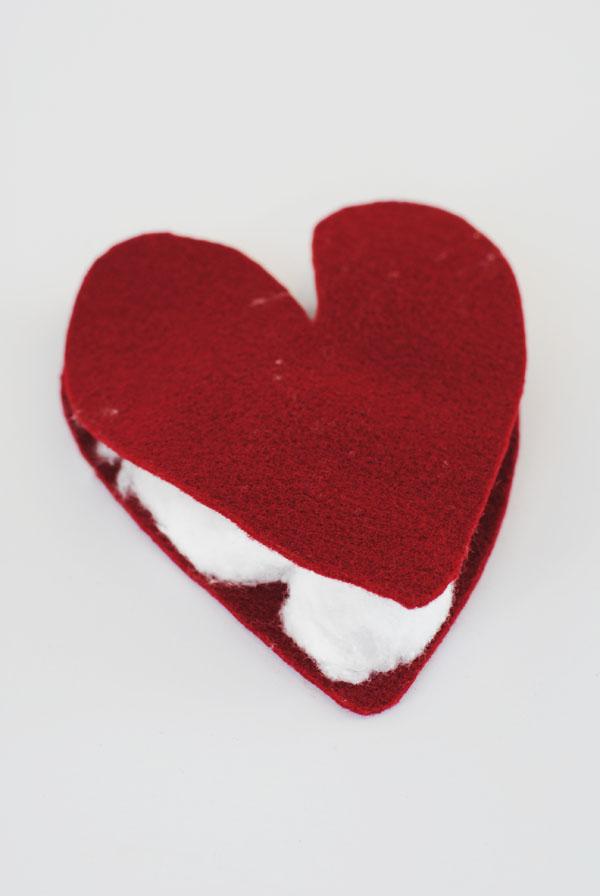 Corte os corações no feltro e o preencha-os com algodão