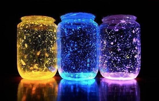 Jarras luminosas de néon brilhando no escuro