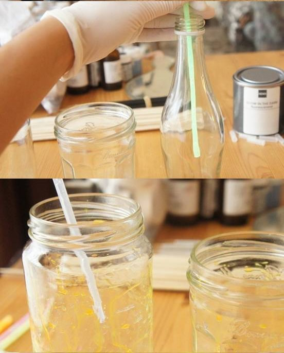Despeje o líquido néon da pulseira na jarra de vidro e deixe que as gotas caiam por todo o frasco
