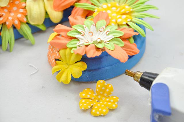 Cole flores nas bordas da letra