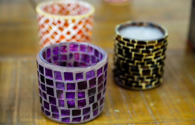 Porta-velas decorada com mosaico de vidros pintados à mão