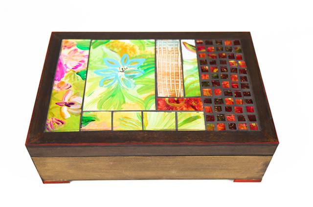 Caixa de mdf decorada com mosaico de vidros pintados à mão