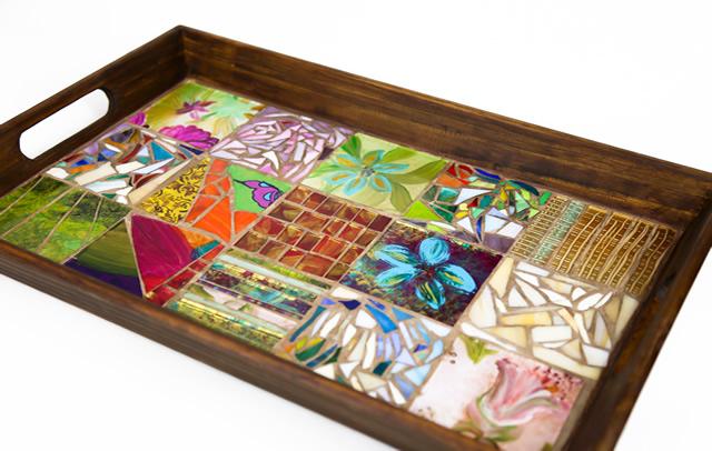 Bandeja decorada com mosaico de vidros pintados à mão