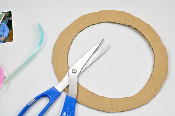 Corte o contorno do círculo com a tesoura