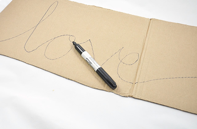 Escreva a palavra love no papelão