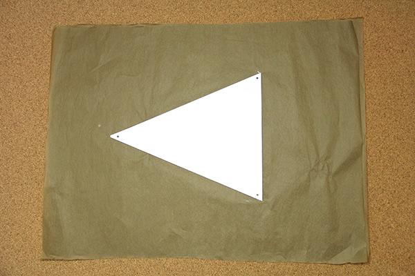 Corte um triângulo com o papel cartão e cole no centro do papel de seda