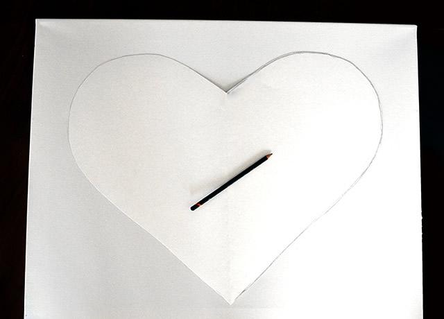 Corte um contorno de coração e desenhe o contorno na tela